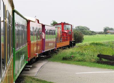 Inselbahn Langeoog mit ihren bunten Waggons.