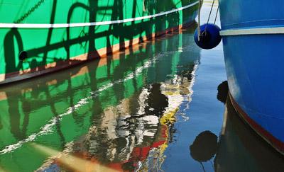 Spiegelung von Fischerbooten