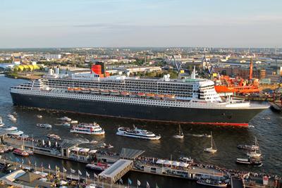 Queen Mary 2 beim Auslaufen aus Hamburg
