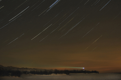 Leuchtturm der Helgoländer Düne in einer kalten, sternenklaren A